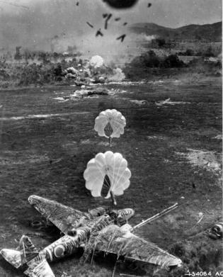 Vista da un aereo A-20 Havoc americano durante il bombardamento di un campo d'aviazione giapponese, 1943-1945