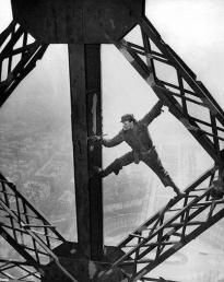 Operaio che vernicia la Torre Eiffel, 28 marzo 1953 (Everett Collection)