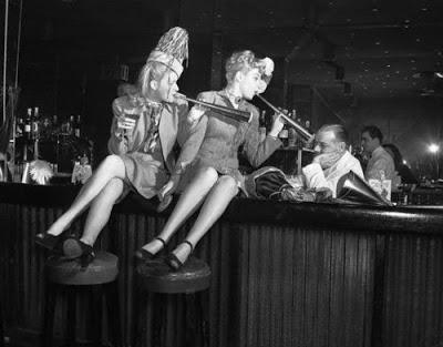 New York 1946 - Betty Carson (a sinistra) e Jean Hogan provano senza successo a rallegrare Jerry Therrien, barista del Copacobana.