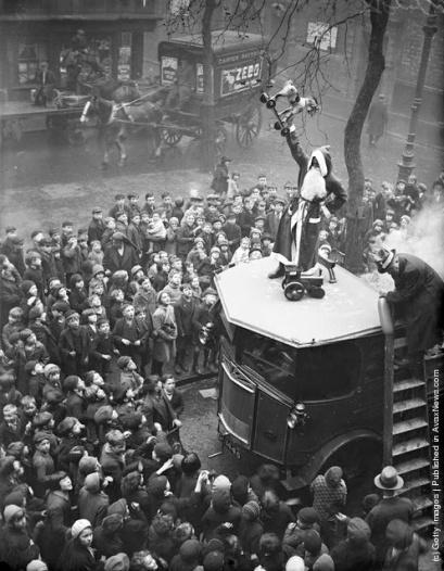 Festa di Natale per i bambini presso la Missione Hoxton, Londra. (Photo by Fox Foto: Getty Images). 18 nov 1933