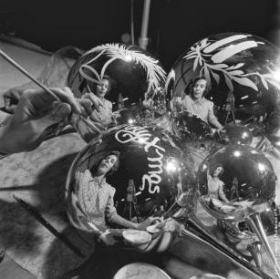Il primo piano di una donna che fa le decorazioni dell'albero di Natale in Crisfield, Maryland. (Photo by Evans: Three Lions: Getty Images). circa 1955