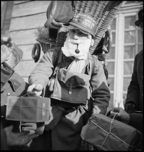 Un soldato francese vestito da Babbo Natale mentre dà doni ai suoi amici. Natale 1939