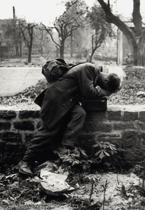 Un soldato tedesco torna a casa e scopre che la sua famiglia non c'è più, Francoforte, 1946 (By Tony Vaccaro)
