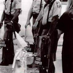 Il contatto fra un bambino Ku Klux Klan e un poliziotto nero, 1992