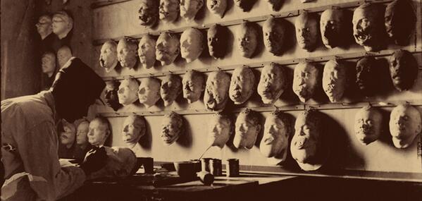 Un uomo crea maschere mortuarie per soldati morti nella Prima Guerra Mondiale, ca. 1918