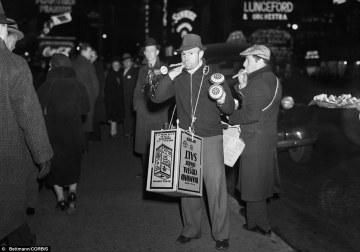 Un venditore ambulante di trombette in Times Square