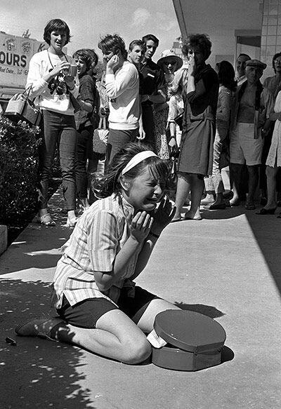 Una giovane fan piange perché i suoi eroi, i Beatles, lasciano l'America per il Regno Unito, 1964