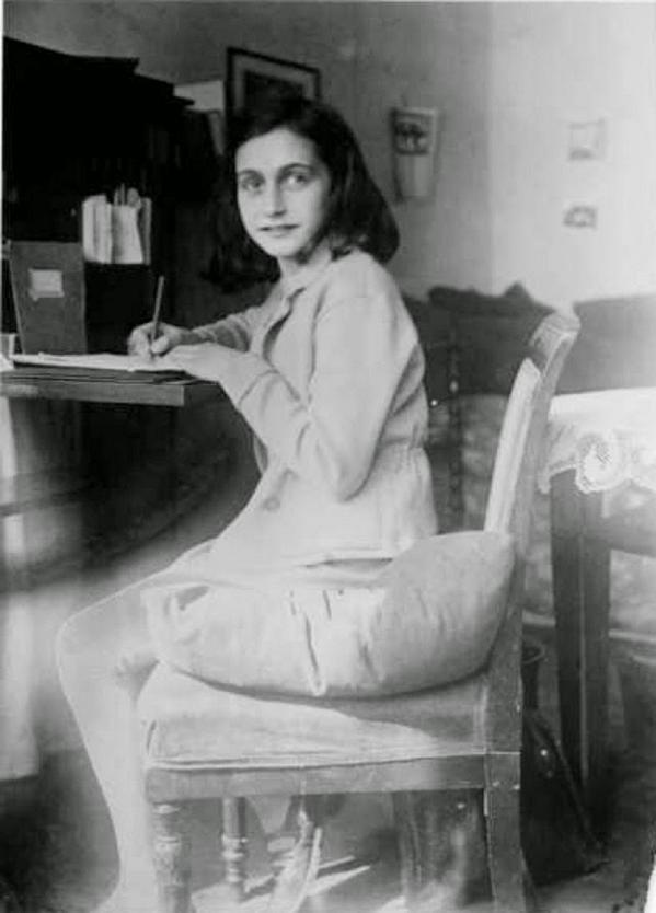 Anna Frank scrive nella sua stanza in un appartamento di Merwedeplein, Amsterdam