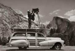 Ansel Adams prepara la sua macchina fotografica in un parco nazionale, c. 1941