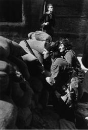Donne milizia anti-fascisti che difendono una barricata in strada, Barcellona, 1936 da Robert Capa
