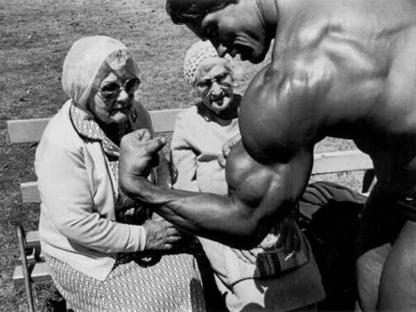 Arnold Schwarzenegger mostra i suoi muscoli a delle vecchie signore, c. 1970