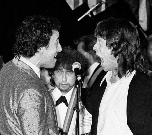 Bob Dylan guarda Bruce Springsteen e Mick Jagger alla cerimonia di induzione del Rock and Roll Hall of Fame, 1988