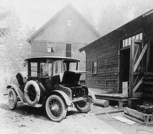 Ricarica di un'auto elettrica nel 1905