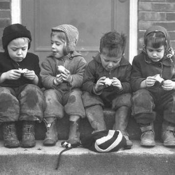 Bambini che discutono sulle loro mele. Seattle, 1948