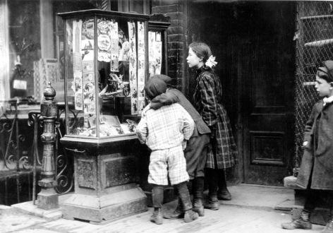 Bambini guardano le cartoline di Natale a New York 1910
