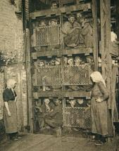 Minatori stipati in un ascensore di una miniera di carbone dopo una giornata di lavoro