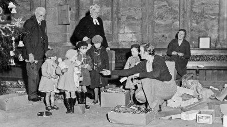Distribuzione di giocattoli di Natale nel chiostro della Cattedrale di Durham. 6 gennaio 1939. Foto di Beamish