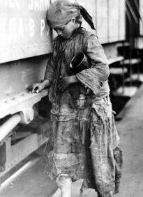 Carestia in Russia (1921-1923). Ragazza alla stazione ferroviaria di Saratov, raccoglie preziosi chicchi di grano