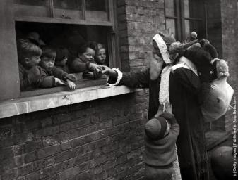 Babbo Natale consegna i regali per aiutare i bambini e le Adoption Society a Leytonstone, Londra. (Photo by Fox Foto: Getty Images). 20 novembre 1931