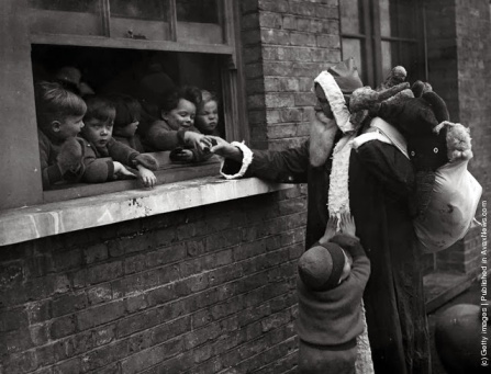 Babbo Natale consegna i regali per aiutare i bambini e le Adoption Society a Leytonstone, Londra. (Photo by Fox Foto: Getty Images). 20 novembre 1931