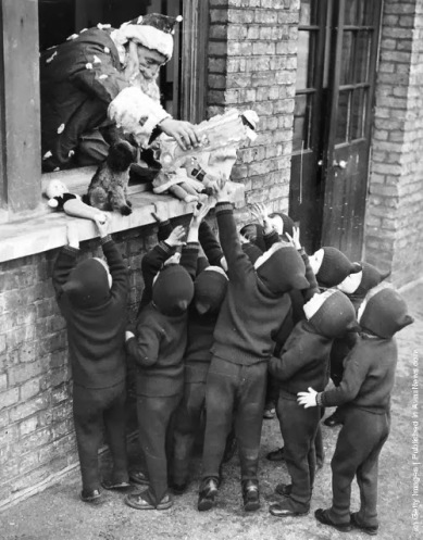 Babbo Natale distribuisce regali ai bambini alla Adoption Society a Leytonstone. (Photo by Gerry Cranham: Fox Photos: Getty Images). 7 DICEMBRE 1938