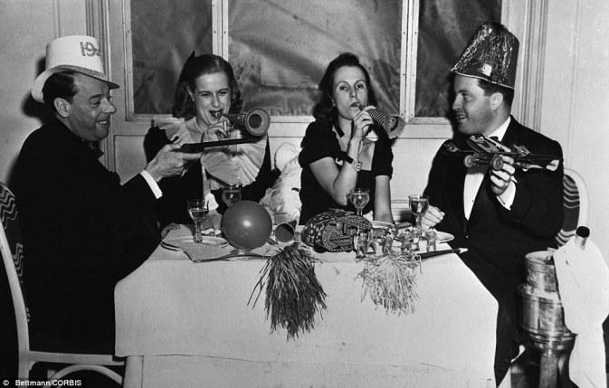 Quattro commensali danno un'accoglienza entusiastica al nuovo anno presso il Club di Versailles nel 1941