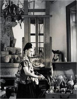 Frida Kahlo nel suo studio a Casa Azul