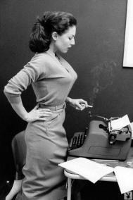 Ragazza con macchina da scrivere e sigaretta