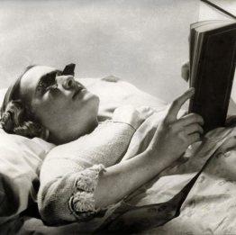 Occhiali per leggere a letto (Inghilterra 1936)