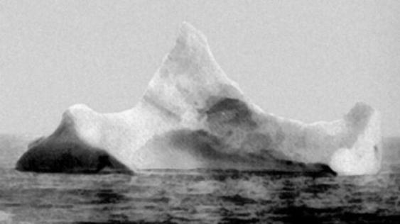 Iceberg con vernice rossa e nera che si ritiene essere quello che affondò il Titanic