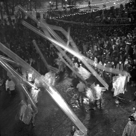 Immagine di Capodanno - Ballerini indossano il poncho per proteggersi dalle intemperie il 31 dicembre 1969