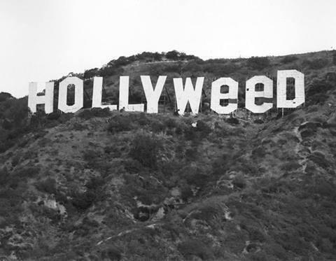 La scritta Hollywood nel 1976 modificata in onore delle leggi permissive sulla marijuana in California