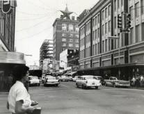 Nel 1950, la stella di Natale pende sopra Orange Avenue vicino al grande magazzino di Ivey
