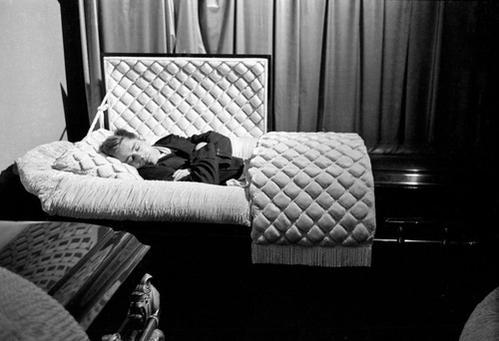 J. Dean scherza in una cassa da morto a un funerale in Indiana, sette mesi prima della sua morte in un incidente d'auto, nel 1955