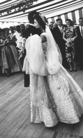 John F. Kennedy e Jacqueline Kennedy si abbracciano durante il primo ballo al loro matrimonio a New Port, Rhode Island