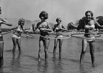 3 marzo 1963. L'Hula Hoop è brevettato da Arthur Melin, segnando l'inizio di una mania Hula Hoop
