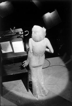 Marilyn Monroe che canta 'Happy Birthday, Mr. President', 1962. Photo by Bill Ray