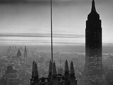 Midtown Manhattan e l'Empire State building al crepuscolo, 1930 (Foto di Samuel H. Gottscho)