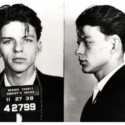 Foto segnaletica di Frank Sinatra dopo il suo arresto per seduzione e adulterio. 1938