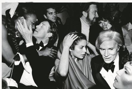 Da sinistra a destra, Halston, Bianca Jagger, Jack Haley, Jr. e la moglie Liza Minnelli e Andy Warhol festeggiano il Capodanno allo Studio 54