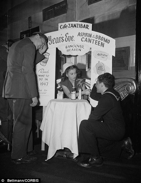 Una cabina da sbornia presso il Cafe Zanzibar nel Capodanno 1945