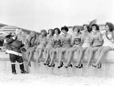 Babbo Natale distribuisce lecca lecca a un gruppo di ragazze