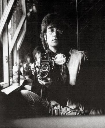 Autoritratto di John Lennon e la sua Rolleiflex nella soffitta della sua casa 1967