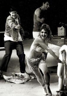 I Beastie Boys inseguono Madonna per il palco durante il suo show al Madison Square Garden 1985
