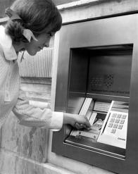 Il primo bancomat per schede magnetiche aperto al pubblico alla Chemical Bank, New York 1969