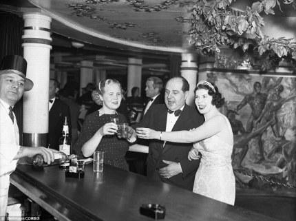Tre festaioli alzano i bicchieri al Cotton Club nel 1936 per un brindisi per festeggiare l'anno nuovo