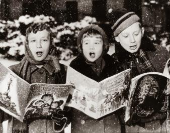 Tre giovani cantanti danno la loro interpretazione di una canzone di Natale sotto la neve. (Photo by Keystone: Getty Images). 1957