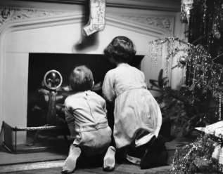 Due bambini in attesa di Babbo Natale. (Photo by George Marks: Retrofile: Getty Images). Stati Uniti, 1950 circa