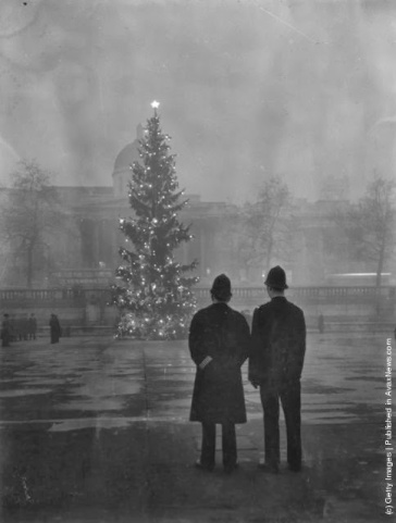 Due poliziotti osservano lìalbero di Londra di Natale, un regalo dalla Norvegia, illuminato in Trafalgar Square, di fronte alla National Gallery. (Photo by Warburton: Topical Press Agency: Getty Images). 1 dicembre 1948