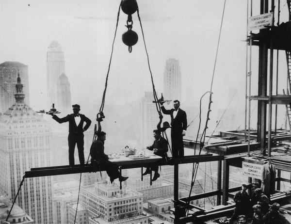 Due camerieri servono il pranzo a due operai su una trave sopra New York City, 1930 (Foto di Keystone: Getty Images)